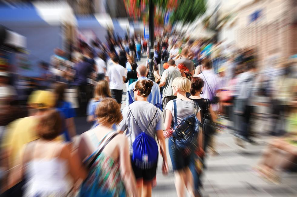 Галерея толпой на улице вывалилась грудь транспорте